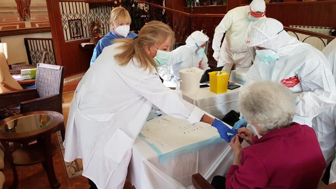 La alcaldesa, Ángeles Muñoz participa como médico en la toma de muestras de test de coronavirus