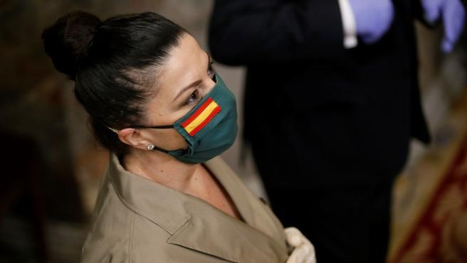 La diputada de Vox, Macarena Olona, se protege con una mascarilla personalizada, durante el pleno celebrado en el Congreso.