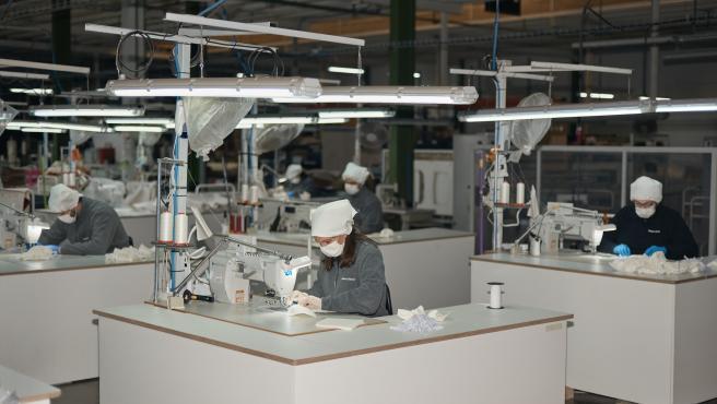 Pie de Foto: Producción de mascarillas en Andreu World