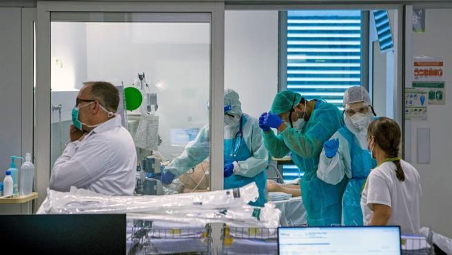 Personal sanitario trabaja en la UCI del hospital Germans Trias i Pujol de Badalona (Barcelona).