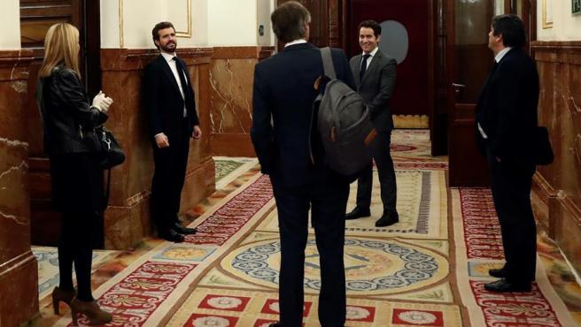 El líder del PP, Pablo Casado, y el secretario general del PP, Teodoro García Egea, en los pasillos del Congreso de los Diputados.