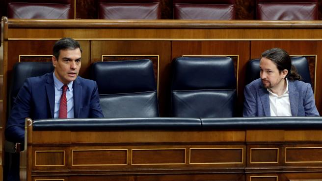 El presidente del Gobierno, Pedro Sánchez (i), y el vicepresidente segundo, Pablo Iglesias (d), durante el pleno del Congreso.
