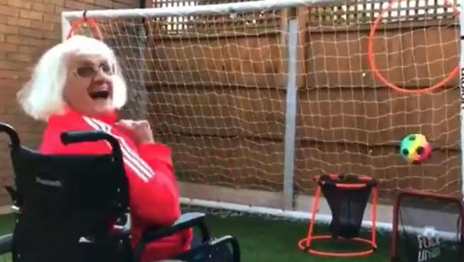 Violet Slater, la octogenaria que marca goles desde la silla de ruedas.