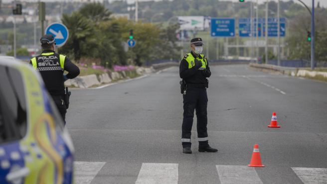 Agentes de la Policía Local de Sevilla en un control por las medidas del estado de alarma por el coronavirus