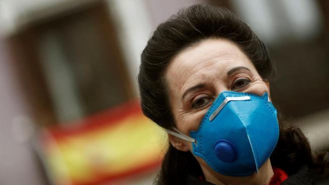 Una mujer pasea con su máscara por el centro de Madrid este Viernes Santo.