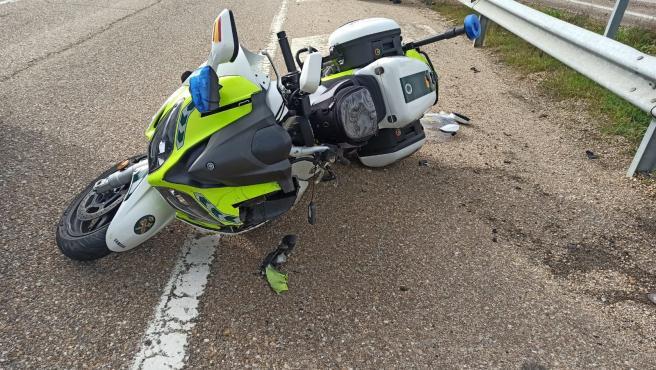 Motocicleta en la que ha sufrido el accidente el guardia civil en Villardefrades (Valladolid).