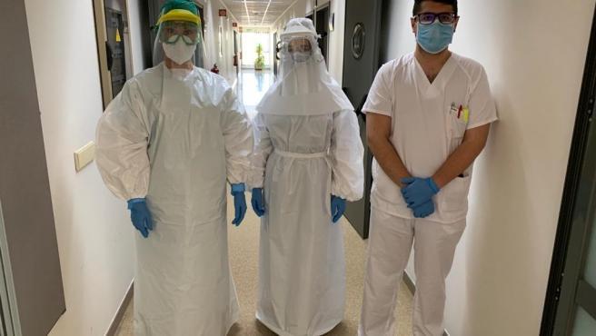 Profesionales del Reina Sofía con trajes de protección