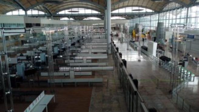 El aeropuerto de Elche-Alicante, vacío en Viernes Santo.