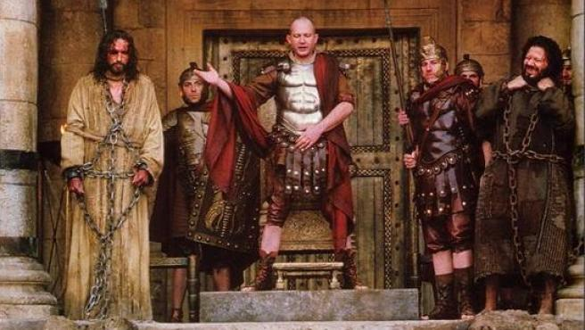 Escena de 'La pasión de Cristo' en la que Pilato da a elegir entre salvar a Jesús o a Barrabás.