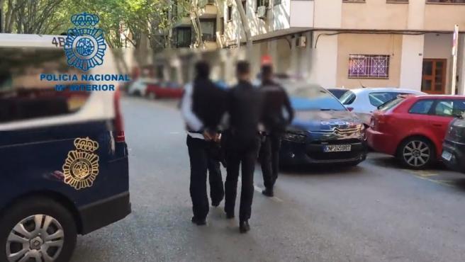 Detención del atracante por la Policía.