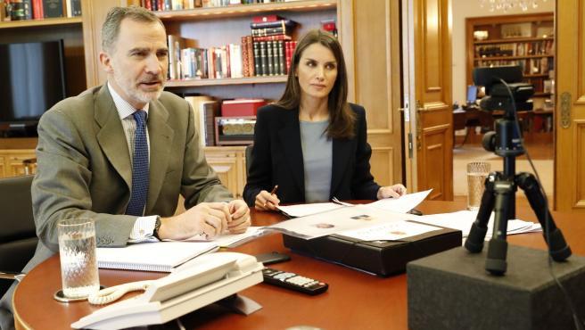 Los Reyes en una reunión telemática.