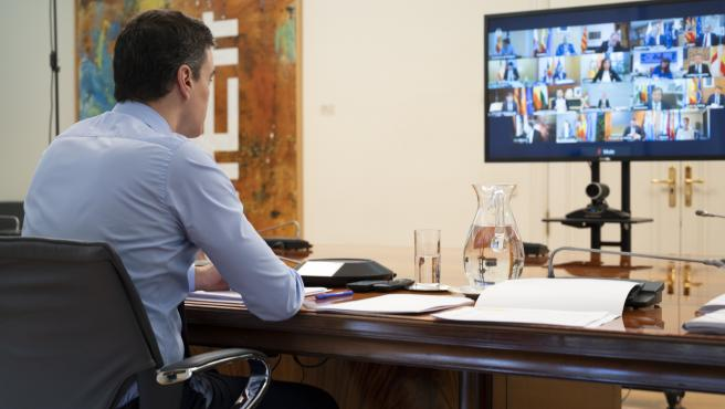 El presidente del Gobierno, Pedro Sánchez, durante la videoconferencia con los presidentes autonómicos este domingo, 12 abril.