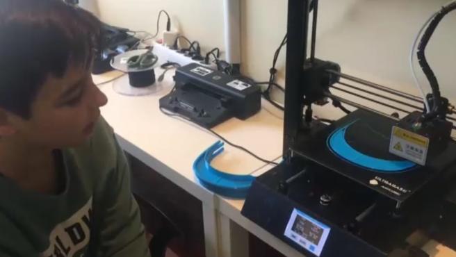 Con 13 años, Álex se ha convertido en el pequeño héroe de As Pontes, A Coruña. Su curiosidad por la informática le llevó a pedir por su cumpleaños una impresora 3D con la que ahora fabrica máscaras de protección en la lucha contra el coronavirus. Máscaras que ya inundan locales de esta pequeña localidad y que entregó a la Policía Local y voluntarios de Protección Civil para que pudieran repartirlas.