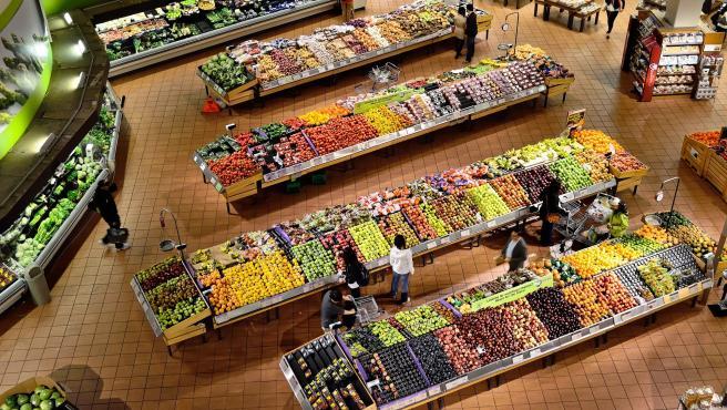 Uno de los supuestos en los que se permite su uso es para la compra de alimentos en el supermercado, aunque la recomendación es adquirir los productos en el más cercano y evitar, en la medida de lo posible, el uso del vehículo.