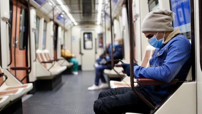Un madrileño va a trabajar en Metro con una mascarilla proporcionada por el Gobierno en la estación.