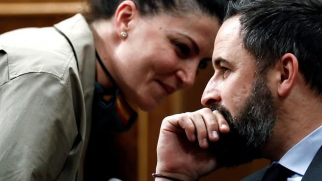 El líder de Vox, Santiago Abascal, hablando con la diputada de su partido, Macarena Olona