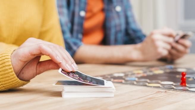 Unos jóvenes durante una partida con un juego de mesa - Freepik