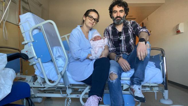 Luna, con sus padres Nuria y Alberto, tras recibir el alta.