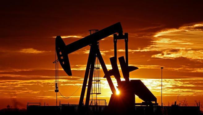 Una bomba petrolífera en funcionamiento cerca de Midland, Texas (Estados Unidos).
