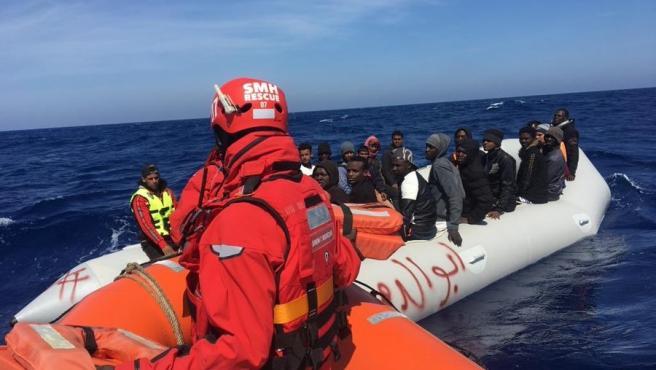 Rescate de una patera por parte de la ONG Salvamento Marítimo Humanitario