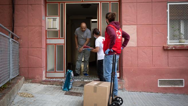 Campaña de entrega de alimentos a familias vulnerables de la Creu Roja en Barcelona durante el confinamiento por el coronavirus