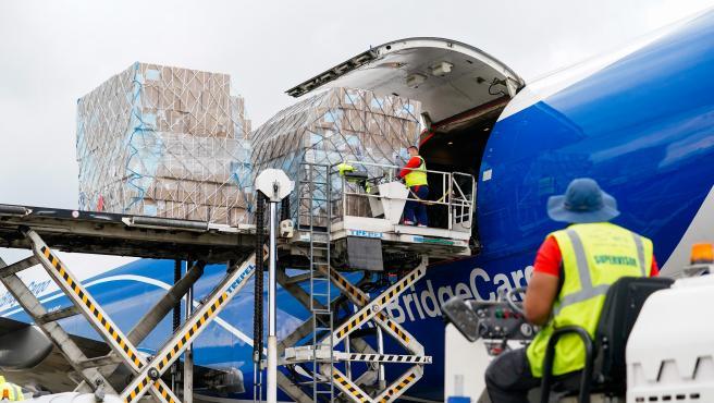 Descarga del cuarto avión con material sanitario adquirido por el Gobierno regional que ha llegado a Madrid.