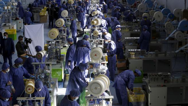 Fotografía de una fábrica de mascarillas en Irán.