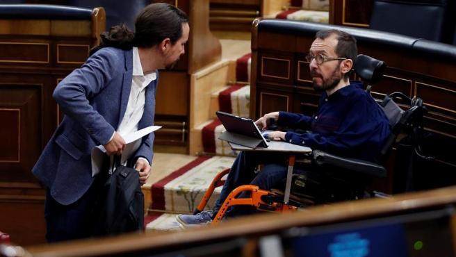 El vicepresidente segundo del Gobierno, Pablo Iglesias, conversa con el portavoz de Unidas Podemos en el Congreso, Pablo Echenique, durante el pleno sobre la nueva prórroga del estado de alarma por el coronavirus.