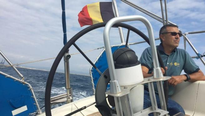 Rafael Lambiés, en su barco 'Isla de Pascua'.