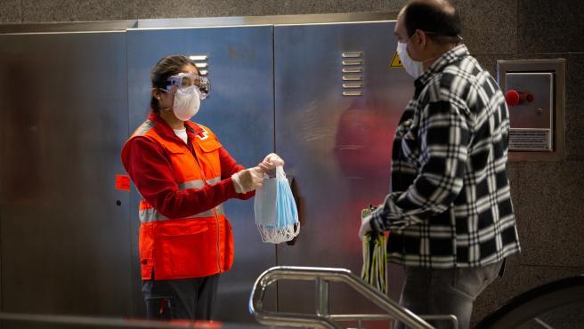 Reparto de mascarillas en el Metro de Barcelona