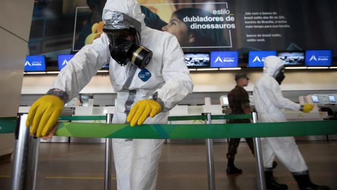 Tareas de desinfección en el aeropuerto de Brasilia (Brasil).