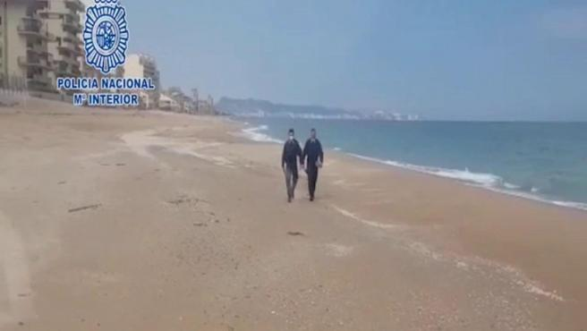 Un helicóptero de la policía aterriza en una playa valenciana para denunciar a un hombre que paseaba
