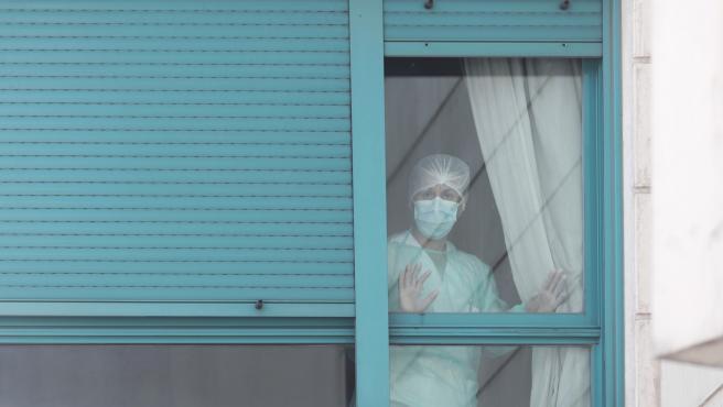 Una trabajadora se asoma por una de las ventanas de la Residencia ORPEA Madrid Buenavista