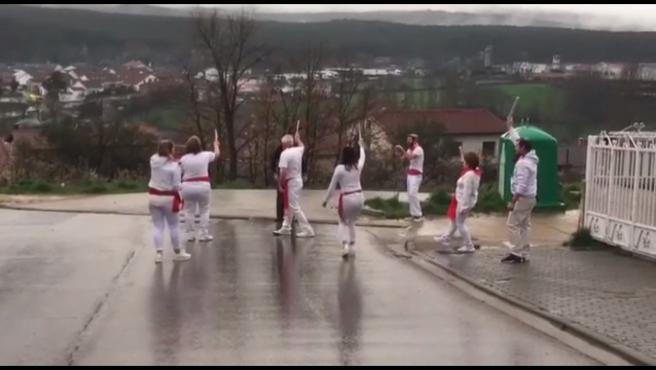 Captura del vídeo en el que se ve a ocho vecinos de Covaleda (Soria) simulando un encierro.