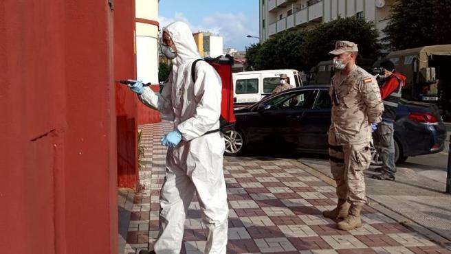 Infantes de Marina desinfectan la Jefatura Superior de la Policía Nacional de Ceuta, durante la pandemia de coronavirus.