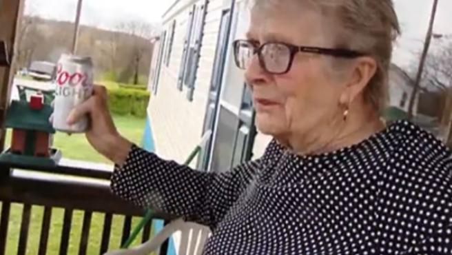 La mujer de 93 años, con la cerveza en la mano.