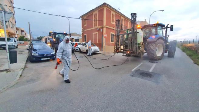Tareas de desinfección en las calles de Son Ferriol