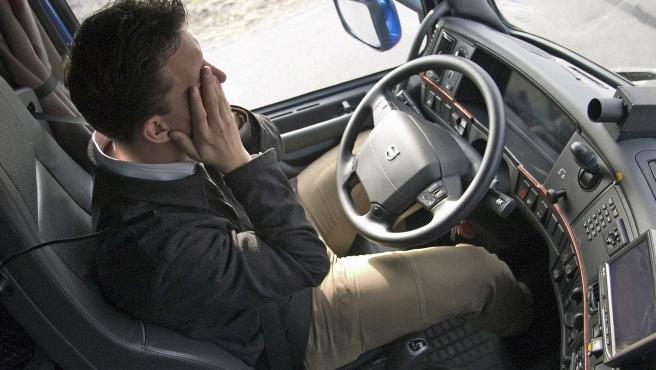 El cansancio al volante supone un riesgo laboral para los conductores profesionales y transportistas