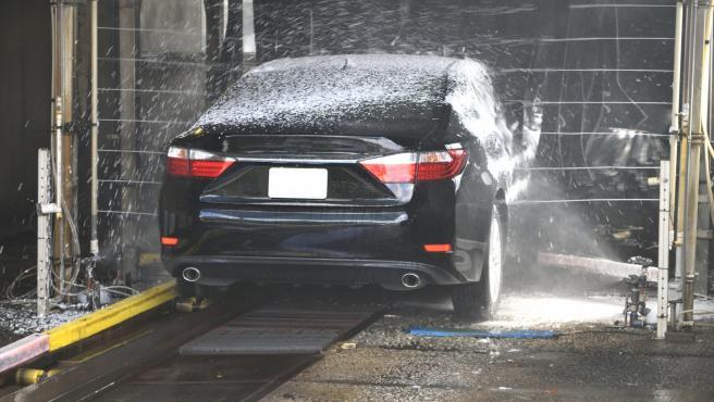 Lavar el coche en estas instalaciones es rápido y cómodo, aunque algunos usuarios opinan que daña la pintura del vehículo