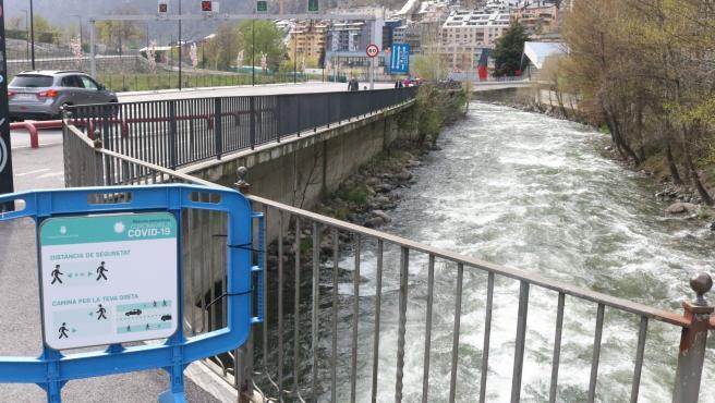 Carteles informativos para los peatones en Andorra la Vella.