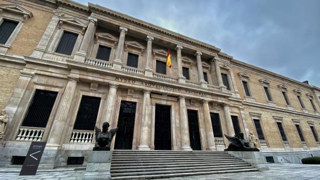 Entrada principal del Museo Arqueológico Nacional (MAN) flanqueada por dos esfinges aladas, en Madrid (España) a 29 de enero de 2020.