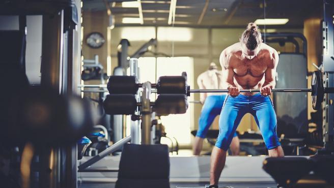 Joven haciendo ejercicio físico en el gimnasio