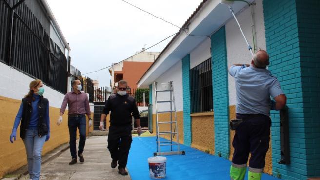 Los concejales José Sánchez y Carmen Díaz comprueban las labores de pintura en un colegio.