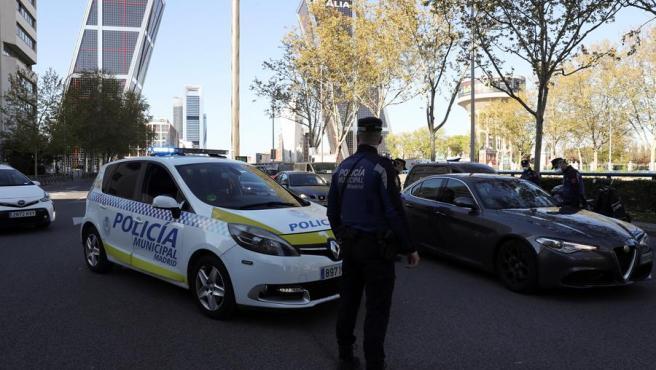 Un agente de la Policía Municipal madrileña en un control en Plaza de Castilla.
