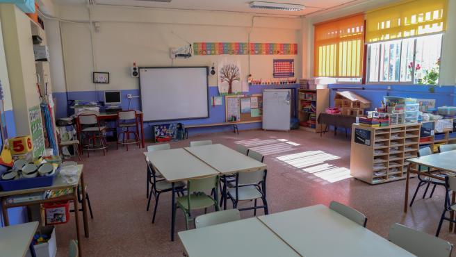 Una de las aulas completamente vacía perteneciente a un colegio