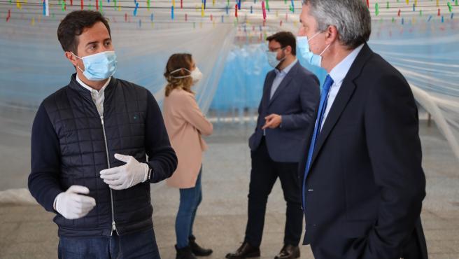 El alcalde de El Ejido (Almería) entrega las primeras batas impermeables donadas a personal sanitario