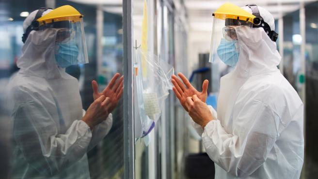 Un profesional sanitario realiza su trabajo con enfermos de la Covid-19 en la UCI del hospital del Mar de Barcelona.