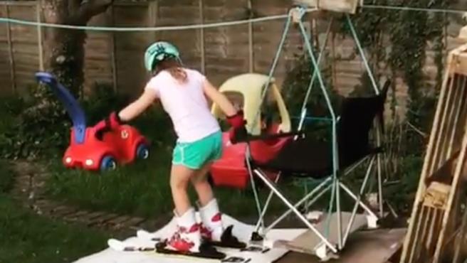 Un padre construye una pista de esquí en casa para sus hijas.