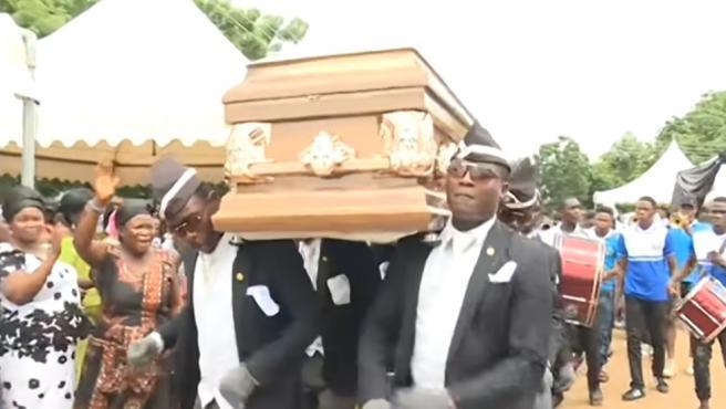 Imagen de los famosos porteadores de ataúd de Ghana que se han convertido en el último meme viral.