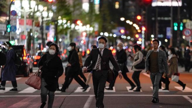 Personas con mascarilla, por las calles de una ciudad japonesa.